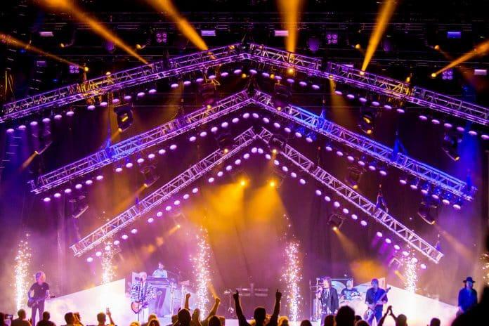 Más de 100x luminarias de Elation Professional, en el diseño de iluminación, para la gira de Foreigner